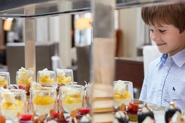 Young guest at desserts-©Corinthia Budapest