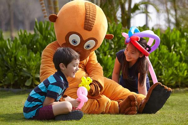 Kids Playing with Loo Hoo ©Shangri-La's Sanya Resort and Spa Hainan