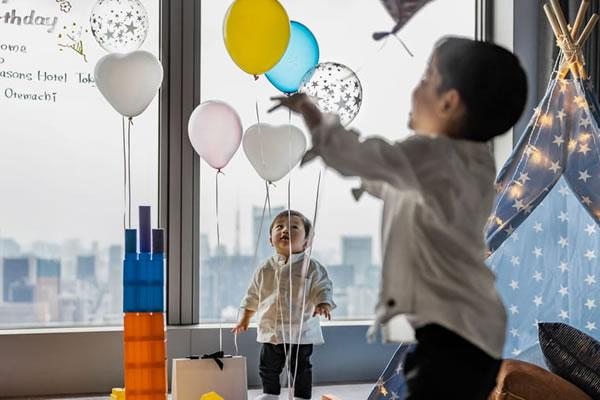 Kids having fun with Balloons ©Four Seasons Hotel Tokyo at Otemachi