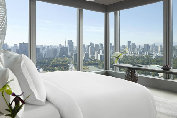 Guest Rooms with Imperial Palace Garden Views ©Four Seasons Hotel Tokyo at Otemachi